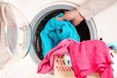 Phân loại quần áo vải cotton trước khi giặt