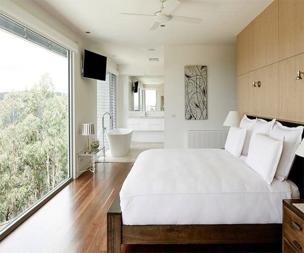 Phòng ngủ khách sạn với bộ chăn ga gối đệm trắng tinh tế