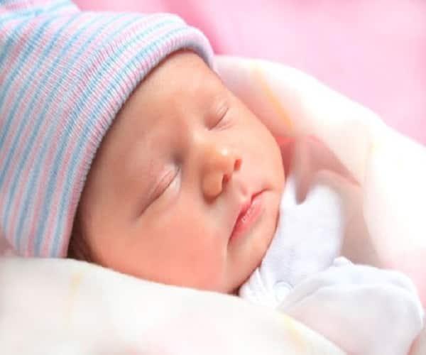 Trẻ sơ sinh ngủ bao nhiêu tiếng một ngày?